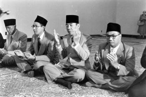 Bung Karno di mata kalangan Islamis  Ir. Soekarno di kala kusyuk bermunajat pada Tuhannya  Soekarno adalah salah satu tokoh yang paling berpengaruh di Indonesia. Saat masih hidup sebagai politisi pendiri bangsa dan presiden hingga setelah kematiannya menjadi ruh politik berbagai parpol. Namanya harum di hadapan rakyat bumi Nusantara. Kaum nasionalis membanggakan kepiawaian Bung Karno karena membuat entitas Indonesia bisa berdiri. Ia memerangkap sekaligus merangkul berbagai kelompok untuk…