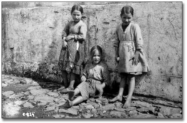 Photo: Three unidentified girls during the Spanish Civil War, [between 1936 and 1939]