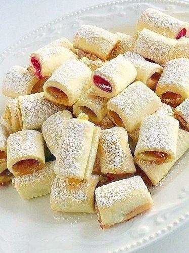 Răsfățați-i pe cei mici cu niște fursecuri delicioase, din aluat sfărâmicios, foarte fraged, umplute cu gem sau dulceață. Aceste delicii minunate se prepară foarte ușor și au o aromă îmbietoare de vanilie și lămâie. Se coc la cuptor în doar 20 de minute, astfel încât vă puteți satisface imediat pofta de dulce. Savurați-le cu plăcere …