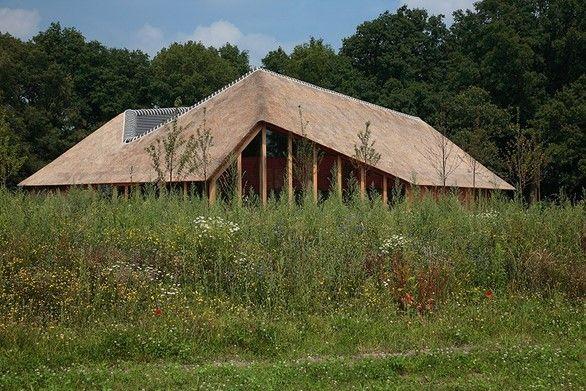Ontvangstgebouw natuurbegraafplaats in Jaarboek Architectuur