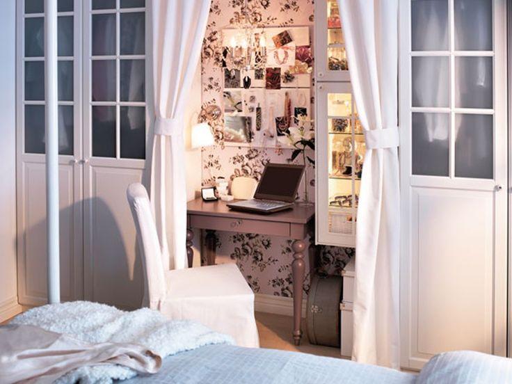 Zwischen Schränken versteckt und hinter Vorhängen verborgen, integriert sich ein kleiner Schreib- oder Schminktisch ins Schlafzimmer.