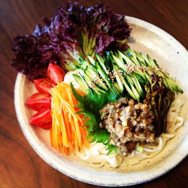 蕨味噌のジャージャー稲庭うどん。 ごま油と島唐辛子のソースをかけていただきまーす - @momokonakajima- #webstagram