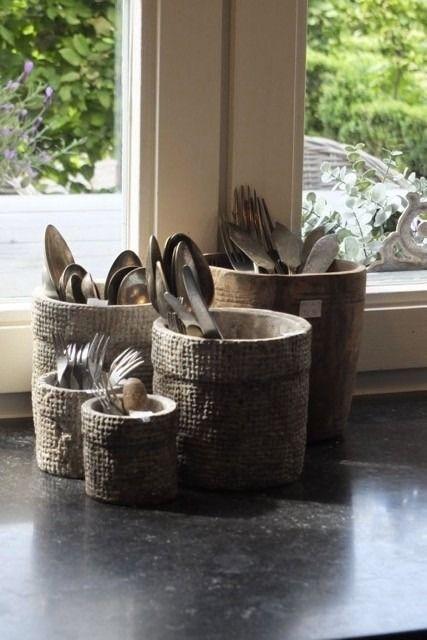 keukenstyling voor de landelijke keuken, bewaar je bestekwaar in leuke geweven mandjes - www.witzand.nl