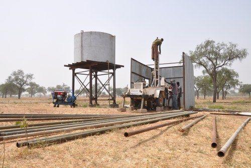 El equipo de perforación de Oxfam trabaja para mejorar el suministro de agua que actualmente proporcionamos a unas 30.000 personas. La arcilla en esta área es suave y suelta, lo que hace difícil construir pozos. (c) Alun McDonald / Oxfam
