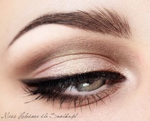 Dimming and arrange eyebrows.  Disguises and appends artificial eyelashes.  Eye makeup is ready!