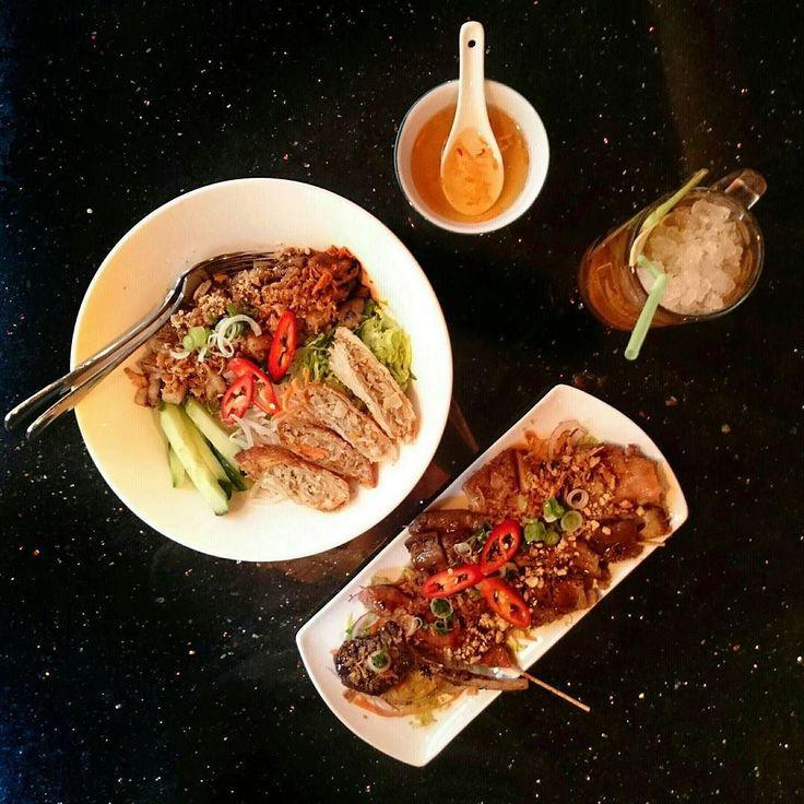 Bun Thit Ba Chi: een Vietnamese noedel maaltijd salade met gegrilde spek met een mixed grill en voortreffelijke homemade ice tea on the side. #Pho #Amsterdam #CityguysNL