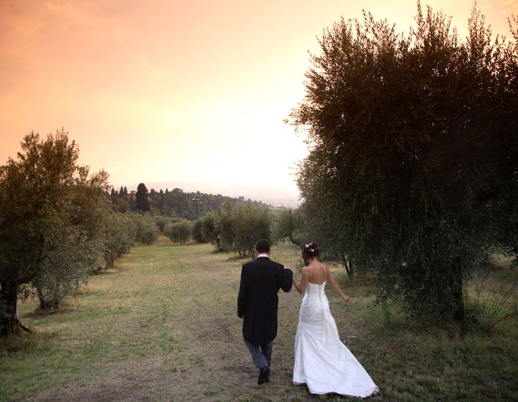 True love in the olive grove in Florence hills Flowers by Jardin Divers www.jardindivers.it @jardindivers wedding in Italy, italian wedding, tuscany wedding, romantic wedding, outdoor wedding, flower wedding, pink wedding