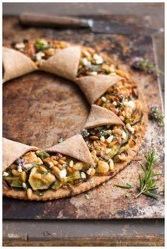 Tarte « soleil » aux jeunes courgettes, pignons et Chavignol sur pâte à l'huile d'olive et vin blanc