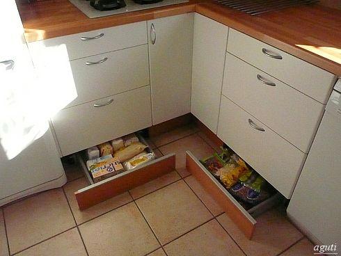 цокольные ящики. Там и консервы, и запасы, и картошка с луком