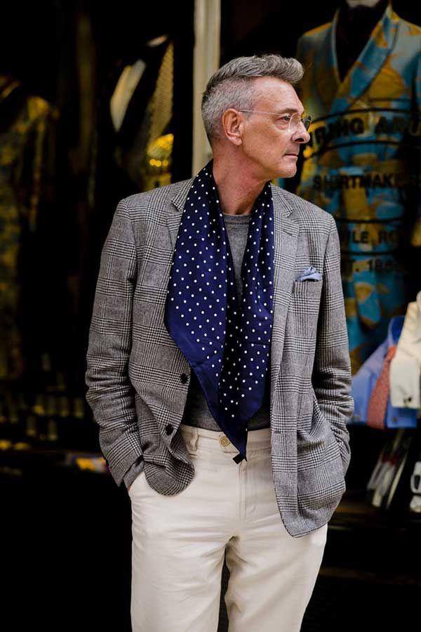 2017-11-18のファッションスナップ。着用アイテム・キーワードは40代~, ジャケット, チェックジャケット, ニット・セーター, ポケットチーフ, マフラー・ストール, メガネ, 白・ホワイトパンツ,etc. 理想の着こなし・コーディネートがきっとここに。| No:238425