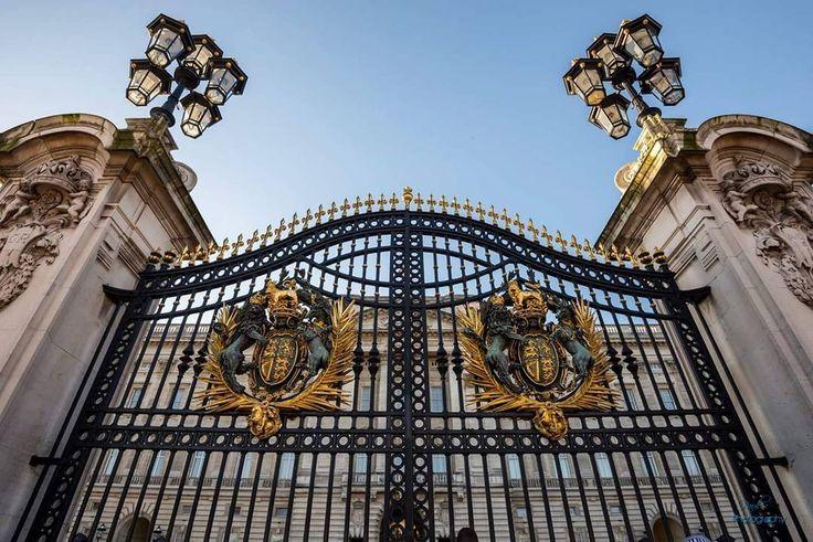 """L'entrée principale de Buckingham Palace - """"Le palais de Buckingham est la résidence officielle des souverains britanniques. Situé à Londres le palais est à la fois le lieu où se produisent les événements en relation avec la famille royale le lieu d'accueil de beaucoup de chefs dÉtat en visite et une attraction touristique importante.  Cest le point de convergence du peuple britannique lors des moments de joie de crise et de peine.  Le palais de Buckingham ou tout simplement  le Palais…"""