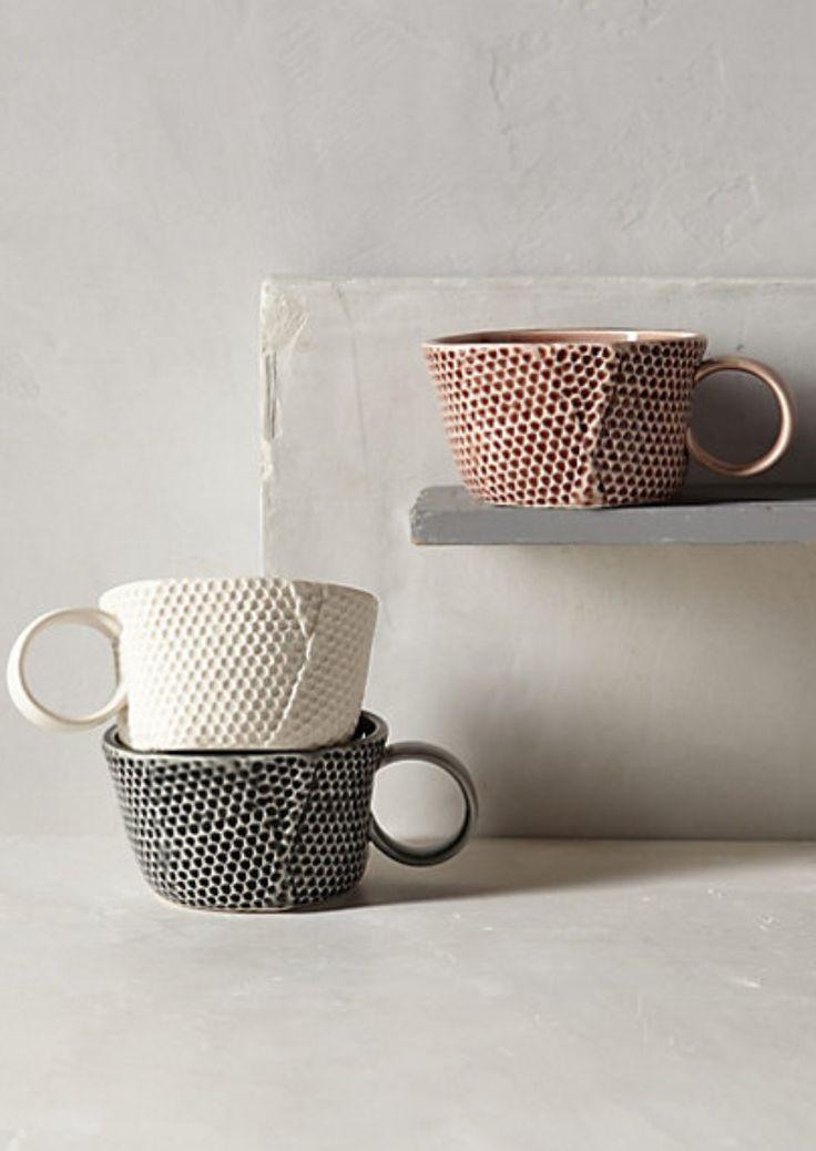 Jolies tasses en céramique #inspiration #décoration #bonjourbibiche Faites le plein d'idées déco sur notre tableau Vaisselle scandinave https://fr.pinterest.com/bonjourbibiche/vaisselle-scandinave/ :)
