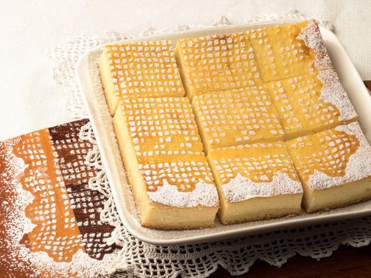 Hihetetlenül egyszerű süti. A túrós rész finom lágy, szaftos, egyáltalán nem szárad ki.