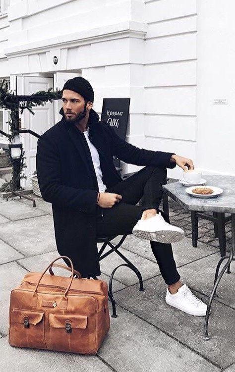 Minimale Herbst-Combo-Inspiration mit einem schwarzen Topcoat weißen Hemd weißen Turnschuhen schwarzen Hosen braune Ledertasche. Modell unbekannt. #fallfashion #falloutfits #menswear #menstyle #mensapparel #businesscasual #mensfashion #monochrome #whiteshoes #minimal #dufflebag #whitesneakers