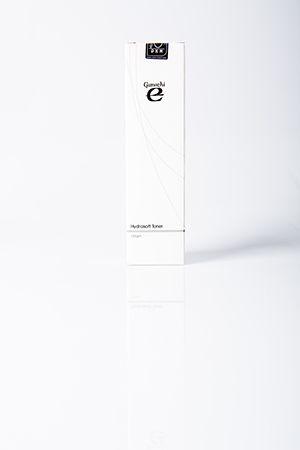 Ganozhi E Hydrasoft Toner è un tonico idratante con estratti di frutta e vitamina E, un tonico di consistenza dell'acqua e del latte che deterge e ritira i pori, tonifica la pelle penetrando anche negli strati più profondi. Contiene estratti di frutta di elevata efficacia come gli estratti di mirtillo nero, limone, arancia e Acer saccharum che danno come risultato una pelle dall'aspetto più liscio e giovanile.