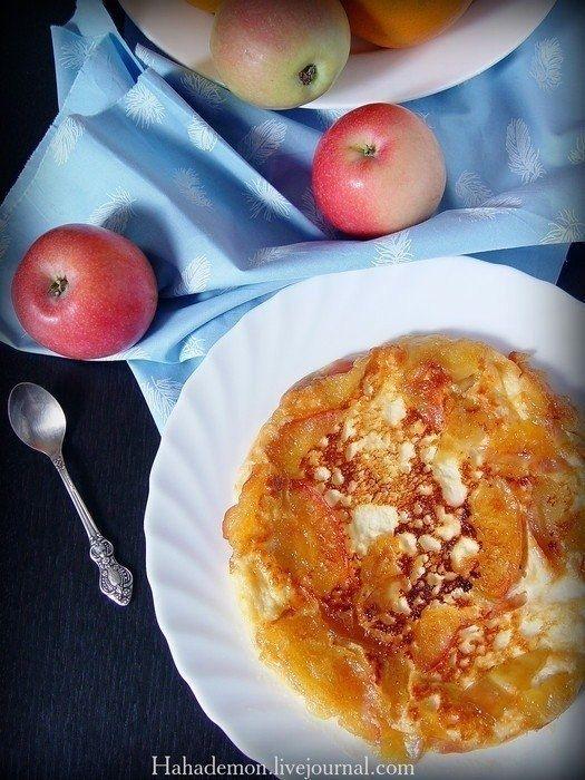 Фото к рецепту: Омлет из творога с карамельными яблоками