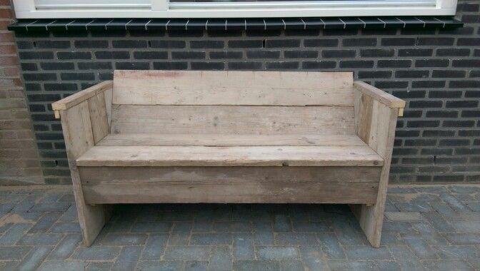 Zelfgemaakte tuinbank van steigerhout en andere houten planken overgebleven van de verbouwing van ons huis. De ruwe versie. Made by Pete and Essy