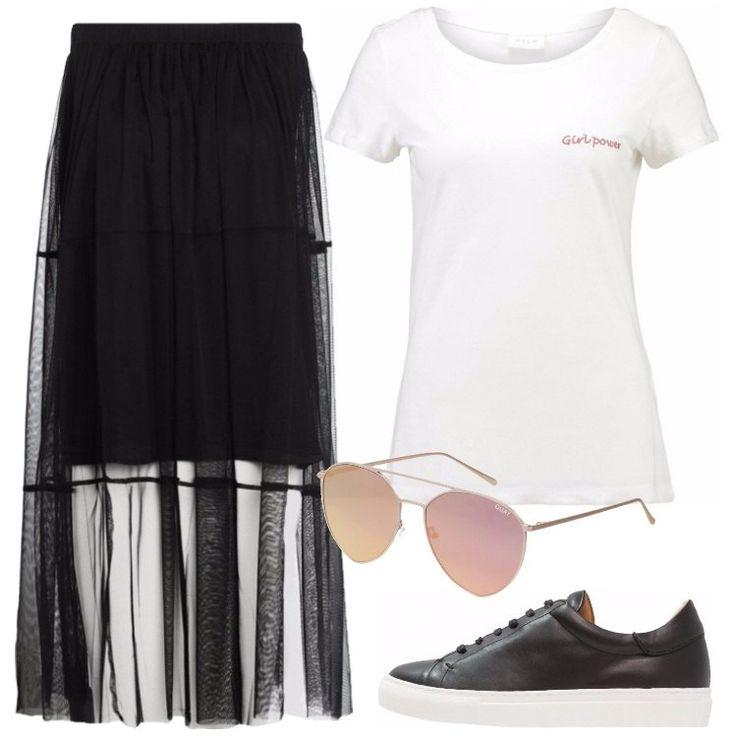 L'outfit è composto da una gonna lunga nera, una T-shirt bianca con scollo tondo, un paio di sneakers basse in pelle e da un paio di occhiali da sole.