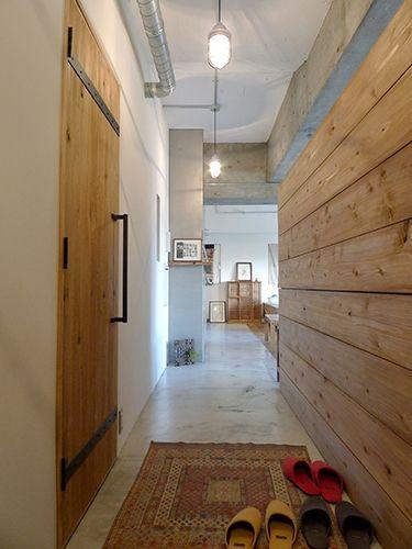 <p>素材感たっぷりの木の壁とドア。スチールの留め具とドアハンドルがアクセント。</p>