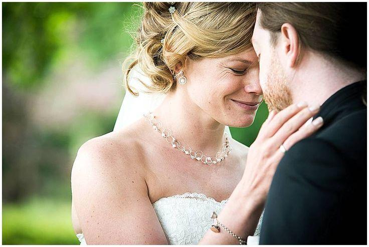 bruidsfotograaf limburg, wedding, bruid, bruidegom, romantische pose, kasteel bloemendal