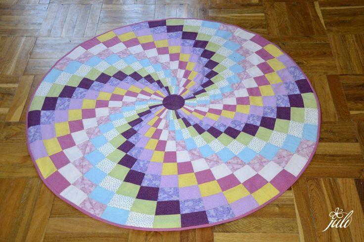 spiral picture, patchwork, bargello, tak a toto som ukoncila po jeden a pol roku. A stacila iba 1 hodinka prace... A dam vediet, kedy sa to dostane na stenu. Aj to byva dlhy proces...
