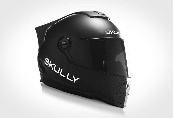 Voilà la nouvelle génération de casque de moto. L'amélioration de la sécurité routière passe par l'amélioration de l'équipement du motard, et le casque Skully en est la preuve. Doté d'une caméra arrière, visible directement dans la visière, le futur, c'est aujourd'hui.