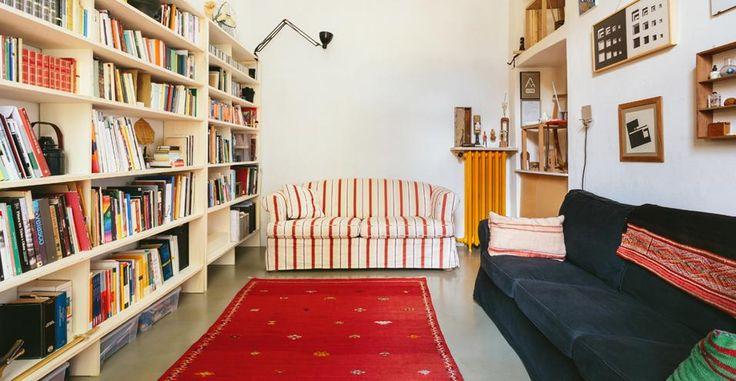 A Milano, un'atmosfera rustica ma essenziale. Siamo a casa del designer Francesco Faccin, tra soffitti a volta, arredi di recupero e ricordi di viaggi