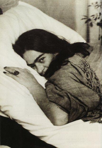 """""""No tengo dolores. Solamente cansancio… y como es natural muchas veces desesperación. Una desesperación que ninguna palabra puede describir. Sin embargo tengo ganas de vivir.""""    Frida Kahlo"""