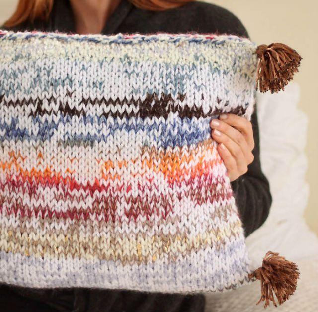 Δες πως θα φτιάξεις πλεκτό μαξιλάρι από τα υπόλοιπα μαλλιού που έχεις στο σπίτι σου. Στο ftiaxto.gr