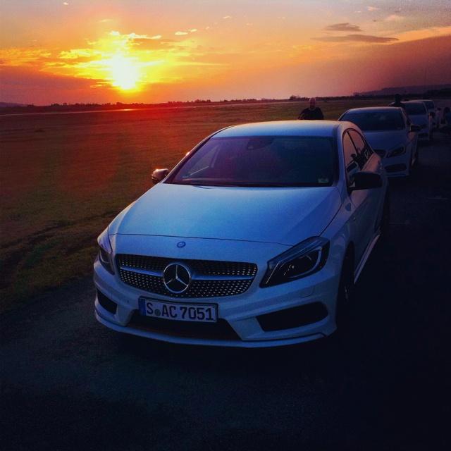 Abends auf der Handlingstrecke:  .#Mercedes A250 sport - fährt grossartig! http://www.style-for-cars.de/index.php/Auto-Fussmatten/Mercedes-PKW-Fussmatten/A-Klasse-Fussmatten/Mercedes-A-Klasse-140-170-Fussmatten-W169-08.04-mit-org.-Befestigung.html