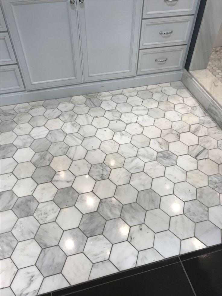 Ich liebe dieses Grau mit dem dunkleren Mörtel. Hexagon-Bodenfliese im Badezimm