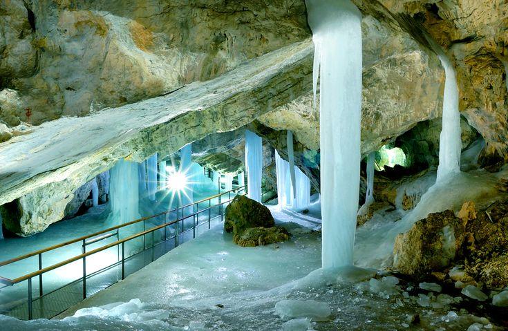 Nie je tu len nespočetne veľa hradov a zámkov, mnoho historických miest, miest ľudovej architektúry, úžasných prírodných scenérií národných parkov ale sú tu aj jaskyne. Veľa jaskýň. Presnejšie tisí…