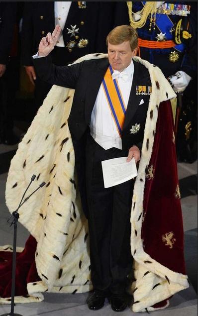de koningsmantel gedragen door koning Willem-Alexander op 30 april 2013