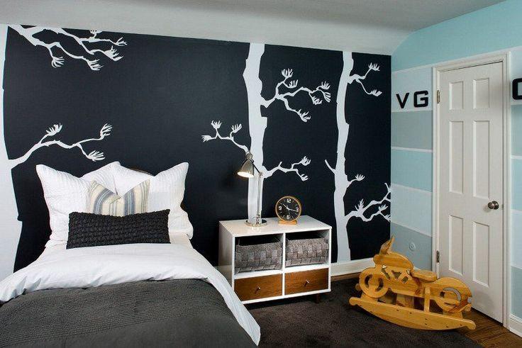peinture murale noire à motifs arbres blancs, table de chevet en bois massif et tapis assorti