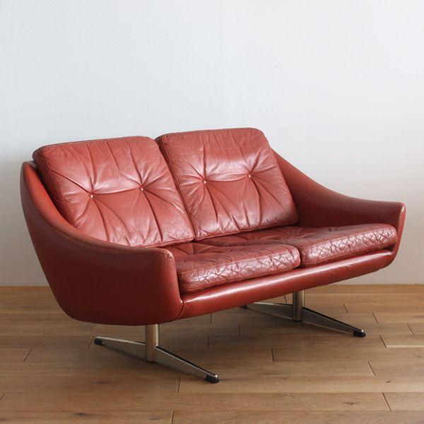 Vintage 2seat sofa/目を引く深みのある赤いレザーの本体とメタルで造られた脚が組み合わされた2シートのソファ。 程よく沈み込みゆったりとお座り頂けます。 インダストリアル等、様々なジャンルのインテリアと相性が良く、ミックススタイルでコーディネートをお楽しみ頂ければと思います。 #家具 #ヴィンテージ #北欧 #テーブル #デザイン #アンティーク #デンマーク #イギリス #ソファ #レザー