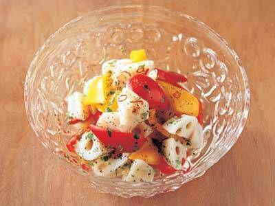 村田 吉弘さんのれんこんを使った「れんこんとジャンボピーマンの甘酢漬け」のレシピページです。野菜だけのさっぱりとした酢の物。食感の組み合わせが楽しく、彩りも華やかな、夏らしい一品。 材料: れんこん、ジャンボピーマン、ジャンボピーマン、赤とうがらし、甘酢、木の芽、黒こしょう、酢