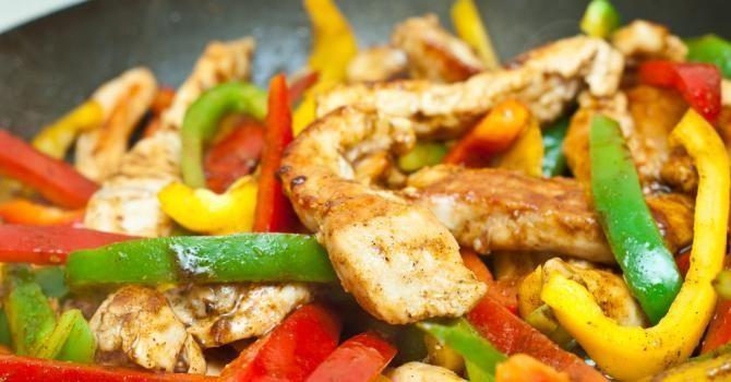 Recette de Poêlée minceur de poulet au curcuma et trois poivrons. Facile et rapide à réaliser, goûteuse et diététique.