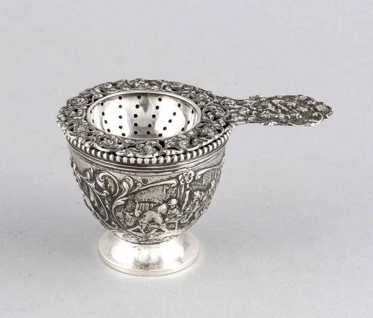 Teesieb mit Tropfschale, wohl Niederlande, Silber punziert bzw. geprüft, mit floralem undfigürlich — Silber