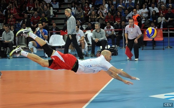 3-3: Reid Priddy dives for the ball during the finals of the CEV Cup