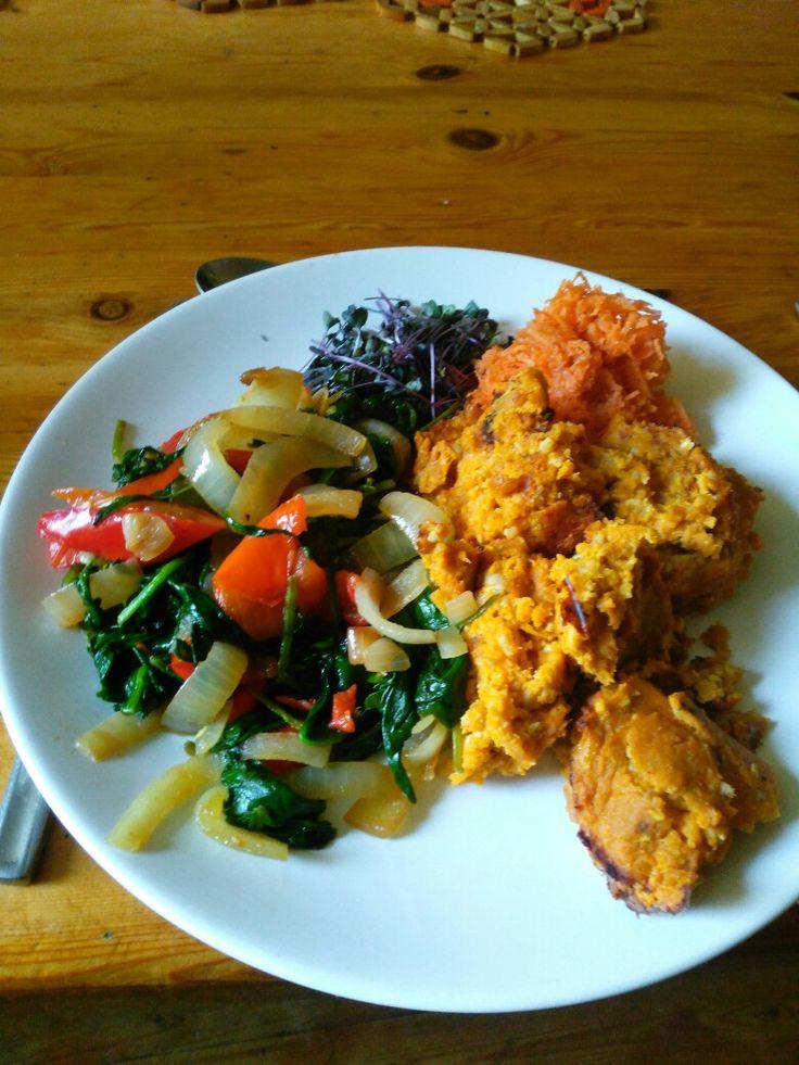 Zoete aardappelpuree met gemalen zonnebloempitten en ei. Ui met spinazie,paprika,rode peper en gember,met een heel klein beetje lookzonderlook en geraspte wortel met kiemen.