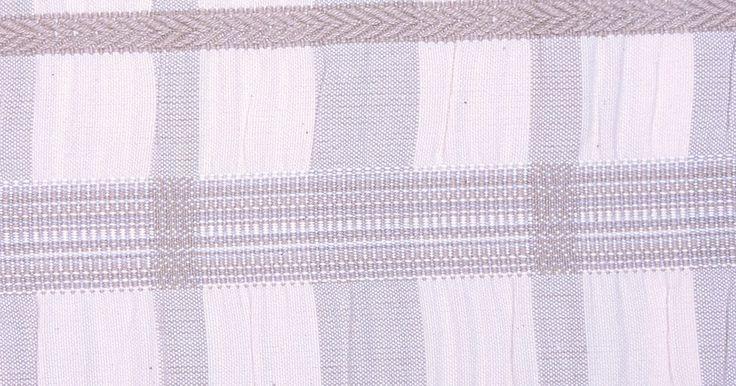 Como fazer um tapete entrelaçado. Entrelaçar é um método de tecelagem de tiras de pano. Ao contrário de uma tecelagem comum, o entrelaçado usa duas tiras de pano de uma só vez, envolvendo-as alternadamente torcendo fio a fio até escondê-los completamente. Não é tão sofisticado quando a maioria das tecelagens, podendo ser usado para fazer tapetes rústicos como também belíssimos ...