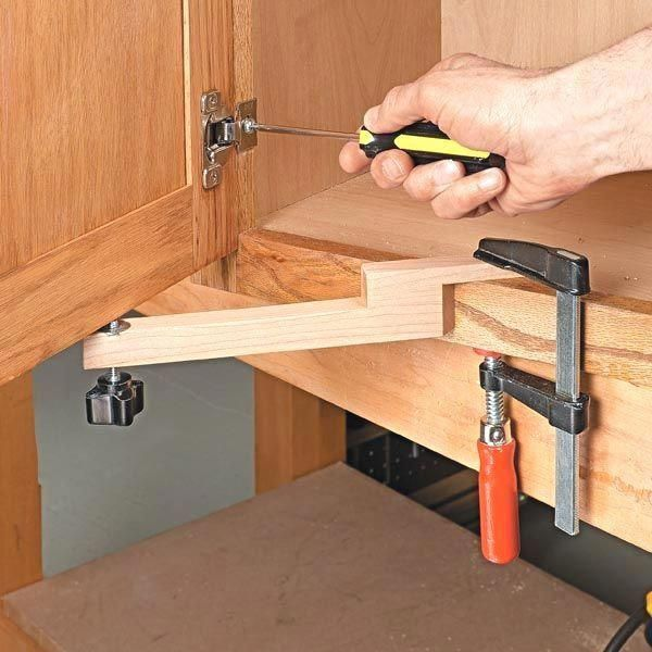 Ayuda De Montaje De La Puerta Consejos De Woodsmith Woodworkingtips Woodworkingprojectscabinets Learn Woodworking Woodworking Tips Diy Woodworking