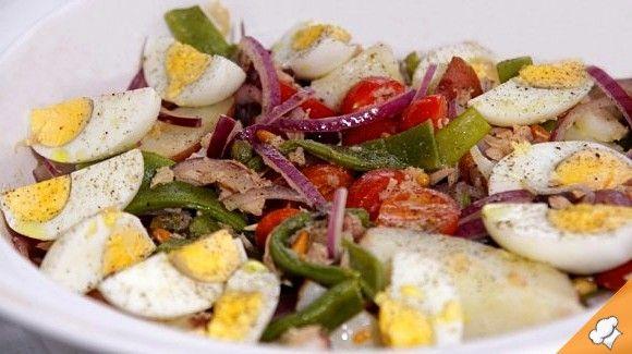 Салат из тунца с картофелем, зелеными бобами и огурцами
