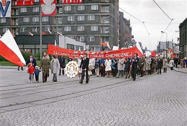 dziś takich pochodów już nie ma, a zamiast kamienicy po prawej stoi Dom Usług