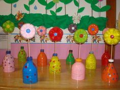 Upcycling Plastikflaschen - der Boden wird zur Blume, der obere Flaschenteil zur Vase