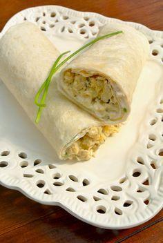 Een lekker lunchgerecht: een wrap met bieslook, crème fraiche, ui en roerei. Je kunt het eventueel ook inpakken in wat zilverfolie en meenemen naar je werk of school. Je kan natuurlijk ook een beetje variëren met de ingrediënten, denk aan paprika, rode peper of bijvoorbeeld andere kruiden zoals peterselie. Tijd: 10-15 min. Recept voor 4...Lees Meer »