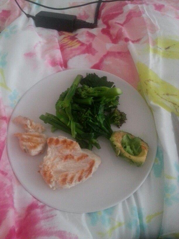 150g chicken breast, half avocado,  broccoli