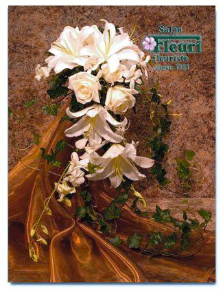 J'ai toujours adoré les bouquets de cascade, surtout avec les lis comme ça. Ma réception de mariage sera à la plage, alors je veux avoir des fleurs bleu-clair et des coquillages. Je ne sais pas si j'ai jamais vu des bouquets avec des coquillages, mais je ne pense pas qu'il sera difficile à faire.