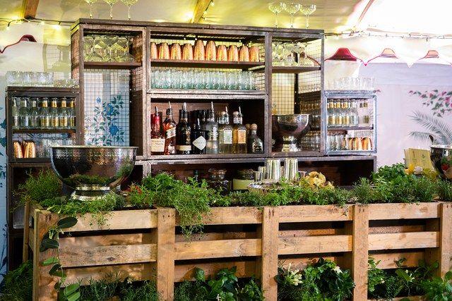 """""""Mein Cousin hat die Getränkebar aus alten Holzkisten entworfen, in der wir dann …   – Wedding"""