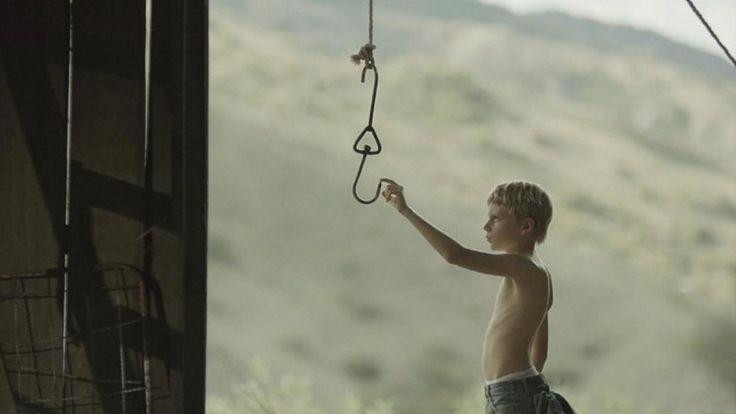 Es el verano de 1989, Ted Henley, de 9 años de edad, y su padre John son los propietarios del Motel Vista, situado en las montañas del oeste americano. Desde que la madre de Ted murió, John ha caído en una depresión, dejando que Ted se cuide por si mismo. En este trashing los impulsos …